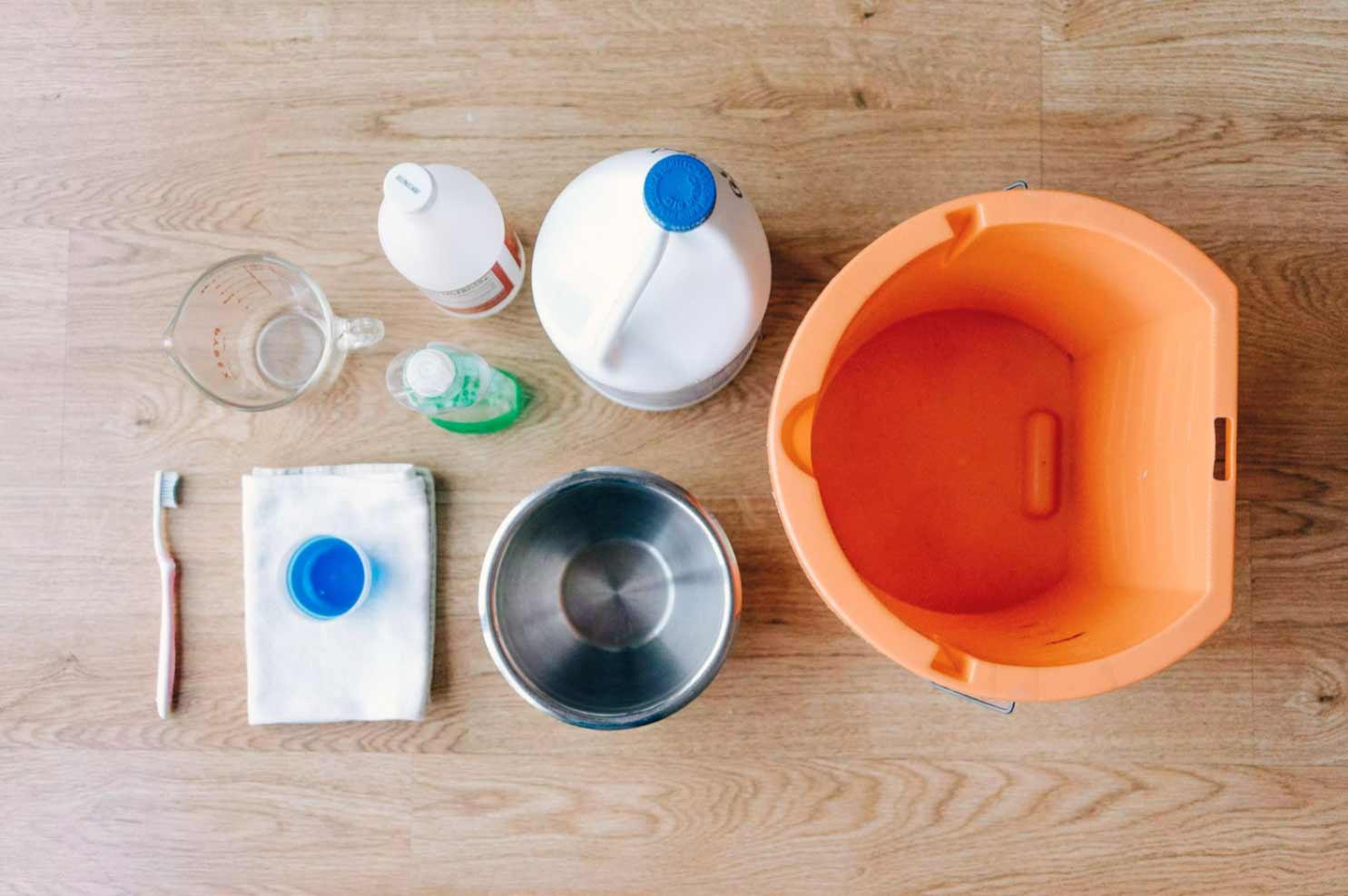 Εργαλεία και υλικά για τον καθαρισμό πλυντηρίου άνω φόρτωσης.
